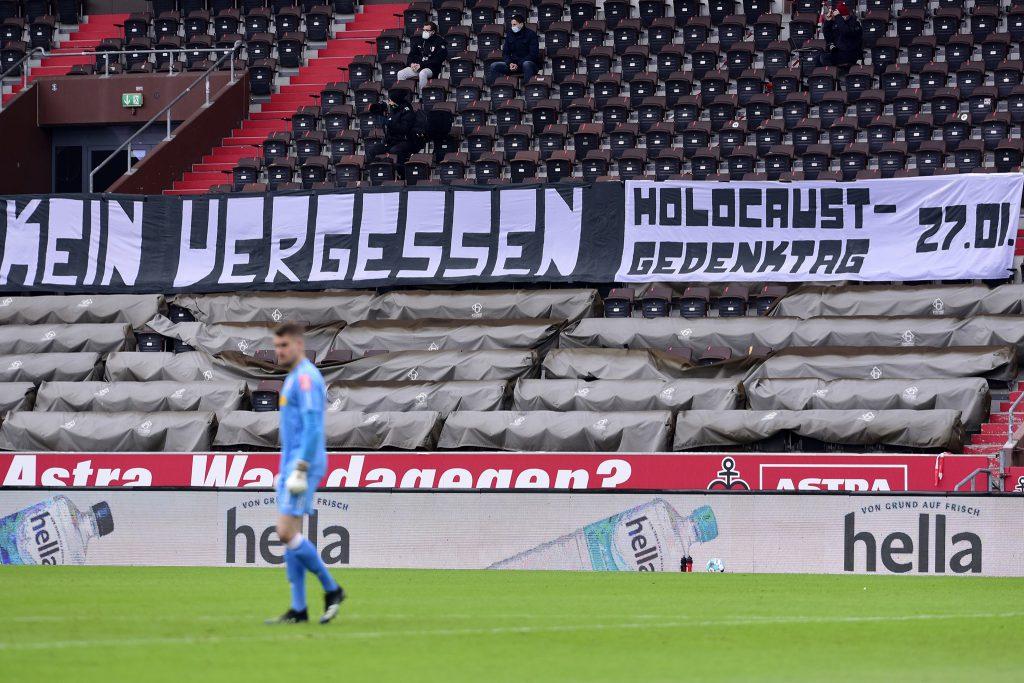 """Banner mit der Aufschrift """"Kein Vergeben – kein Vergessen"""" von Ultrà Sankt Pauli zum Holocaust-Gedenktag 2021 beim Spiel gegen Jahn Regensburg am 24.02.2021"""
